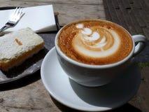 Syrliga cappuccino och citron Royaltyfri Bild
