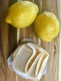 Syrliga citroner och citron arkivbild