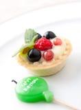 Syrliga födelsedagstearinljus och frukt Royaltyfri Foto