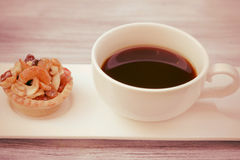 Syrliga kaffe och frukt för tappning svart Arkivfoto
