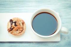 Syrliga kaffe och frukt för tappning svart Arkivbild