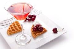 Syrliga skivor för Cherry med fruktsaft Royaltyfri Fotografi