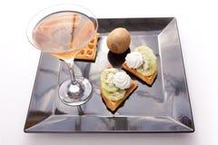 Syrliga skivor för Kiwi med drinken Royaltyfri Fotografi