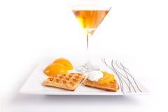 Syrliga skivor för persika med fruktsaft Royaltyfri Bild