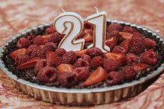 Syrliga 21st birthady stearinljus för jordgubbehallon arkivfoto