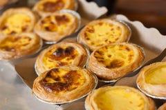 Syrligt ägg eller portugisiskt ägg som är syrligt på återanvänt papper Fotografering för Bildbyråer