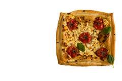 Syrligt för körsbärsröda tomater som och för fetaost göras med smörsmördeg Isolerat på vit, bästa sikt Fotografering för Bildbyråer