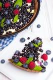 Syrligt med blåbär och hallon royaltyfri bild