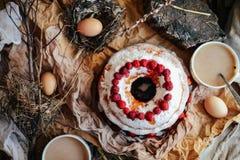 Syrligt med jordgubbar och piskad kräm dekorerade med mintkaramellbetesmarken arkivfoto