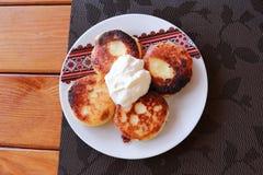 Syrniki - τηγανίτες τυριών εξοχικών σπιτιών, Fritters του τυριού εξοχικών σπιτιών - παραδοσιακή ουκρανική και ρωσική κουζίνα Στοκ Εικόνα