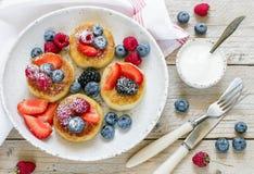 Syrniki Блинчики творога, syrniki, оладь оладьи творога с свежими ягодами стоковые изображения rf