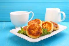 Syrniki (酸奶干酪酸奶干酪薄煎饼,油炸馅饼) 免版税库存照片