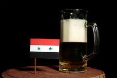 Syryjczyk flaga z piwnym kubkiem na czerni Obraz Stock