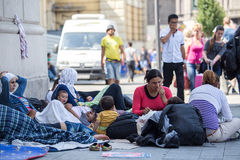 Syryjscy uchodźcy przy Keleti dworcem w Budapest Zdjęcia Stock