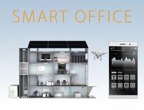 聪明的在蓝色背景隔绝的办公室和智能手机 由太阳电池板的聪明的办公室能量支持,对电池sys的存贮 库存照片