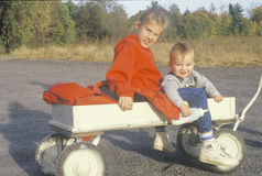 Syskon i en vagn Catskills, NY royaltyfri fotografi