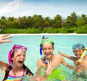 syskon som ler simning Arkivfoton