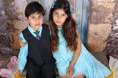 syskon tillsammans royaltyfria bilder