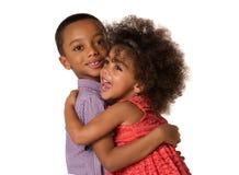 Syskongrupp för två gladlynt syskon som kramar sig, isolerat fotografering för bildbyråer