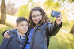 Syskongrupp Taking Cell Phone Selfie av dem Arkivbild