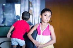 syskongruppanseende in i vardagsrum Arkivbilder