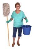 sysslor som gör ren kvinnan för fjäder för hushålllady den höga Arkivfoto