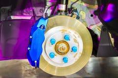Système avant de frein à disque sur la voiture de course en cours du pneu nui r Photo libre de droits