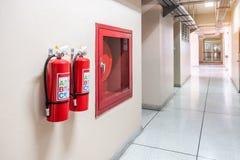 Système d'extincteur sur le fond de mur, équipement d'urgence puissant pour industriel photo stock