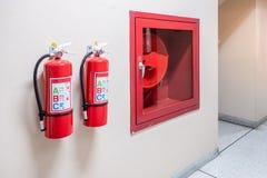 Système d'extincteur sur le fond de mur, équipement d'urgence puissant pour industriel photographie stock libre de droits