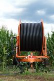 Système d'irrigation agricole avec une grande bobine de tuyau Photo stock