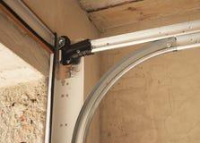 Système d'ouvreurs de porte de garage Détail d'installation de porte de garage photographie stock