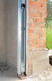 Système d'ouvreurs de porte de garage Fermez-vous sur le détail de l'installation de porte de garage photos stock