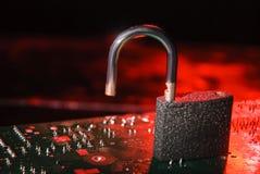 Système de base de données entaillé, l'information personnelle Serrure ouverte sur le fond rouge alarmant image stock