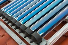 Système de chauffage solaire de l'eau de collecteurs de vide photos stock