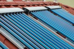 Système de chauffage solaire de l'eau de collecteurs de vide photo libre de droits