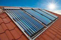 Système de chauffage solaire de l'eau de collecteurs de vide image stock
