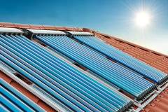 Système de chauffage solaire de l'eau de collecteurs de vide photos libres de droits