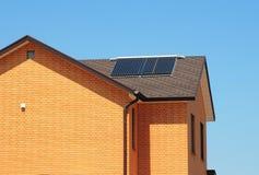 Système de chauffage solaire de l'eau sur le toit de bitume de la maison images stock