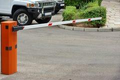 Système de contrôle de stationnement de voiture, barrière en hausse automatique de bras Images stock