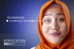 Système de détection d'oeil, femme avec la technologie des sondes d'oeil images libres de droits