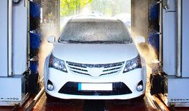 Système de lavage de voiture - lavage automatisé d'un véhicule Image stock