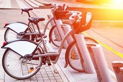 Système de location de vélo de ville Les pièces de bicyclette sont grandes Bicyclettes de stationnement sur des rues de ville Ave Images stock