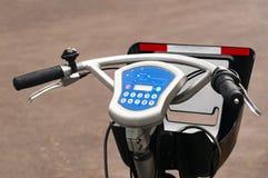 Système de location de vélo de ville Les pièces de bicyclette sont grandes Bicyclettes de stationnement sur des rues de ville Ave Photos libres de droits