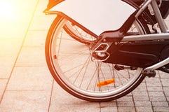 Système de location de vélo de ville Les pièces de bicyclette sont grandes Bicyclettes de stationnement sur des rues de ville Ave Photographie stock libre de droits