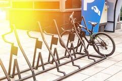 Système de location de vélo de ville Les pièces de bicyclette sont grandes Bicyclettes de stationnement sur des rues de ville Ave Photos stock