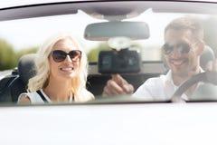 Système de navigation heureux de généralistes d'usin de couples dans la voiture Photo stock