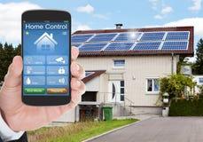 Système de Person Hand Using Home Control sur le portable image libre de droits