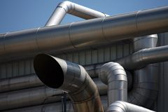 Système de pipe dans le raffinerie de pétrole sous le ciel photographie stock