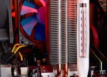 Système de refroidissement d'ordinateur à côté du thermomètre de la température Photographie stock libre de droits