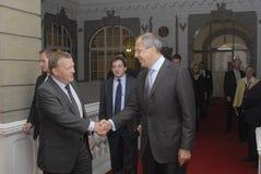système de roquette d'artillerie légère Lokke Rasmussen et Sergey Lavrov (L) Images libres de droits
